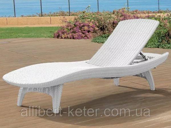 Шезлонг Keter Pacific White ( белый ) из искусственного ротанга