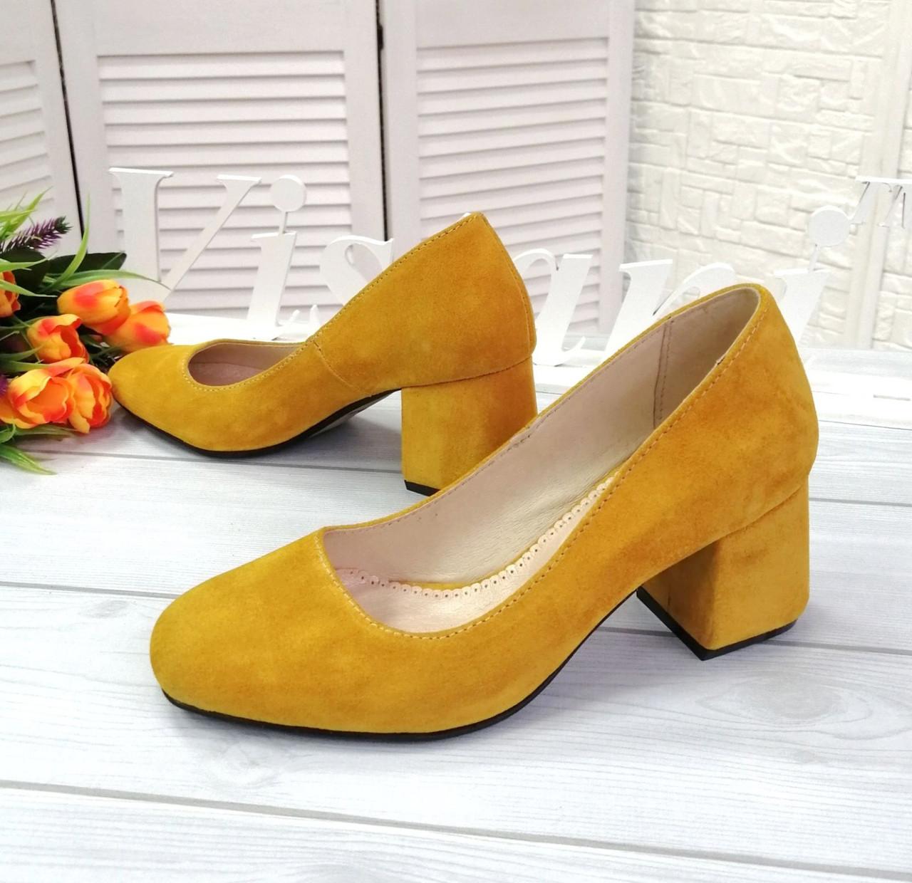 Желтые замшевые туфли на каблуке