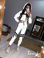 Светоотражающий спортивный женский костюм с укороченным бомбером и контрастными вставками 66so840Q