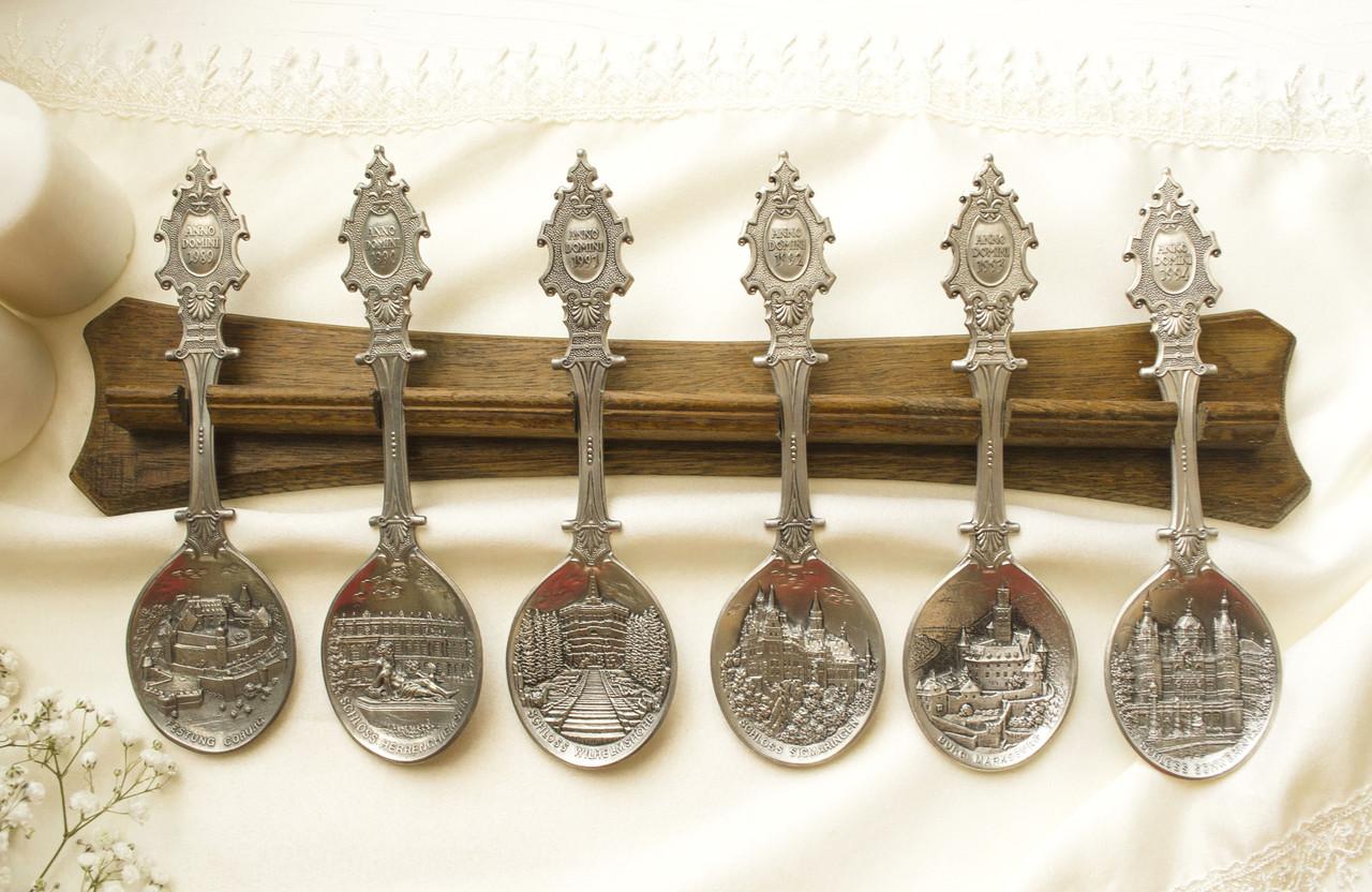 Комплект оловянных ложек на деревянном подвесе, ANNO DOMINI, олово, Германия