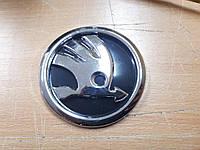 Эмблема значок на капот, багажник Skoda Шкода черная нового образца 79 мм