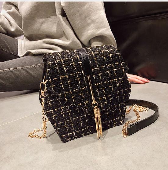 Мини - сумка оригинальной формы с отделкой из шерсти