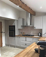 Кухня в скандинавском стиле светло серая с деревянной столешницей