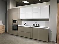 Кухня белая глянцевая нижние тумбы капучино металик. Новинка