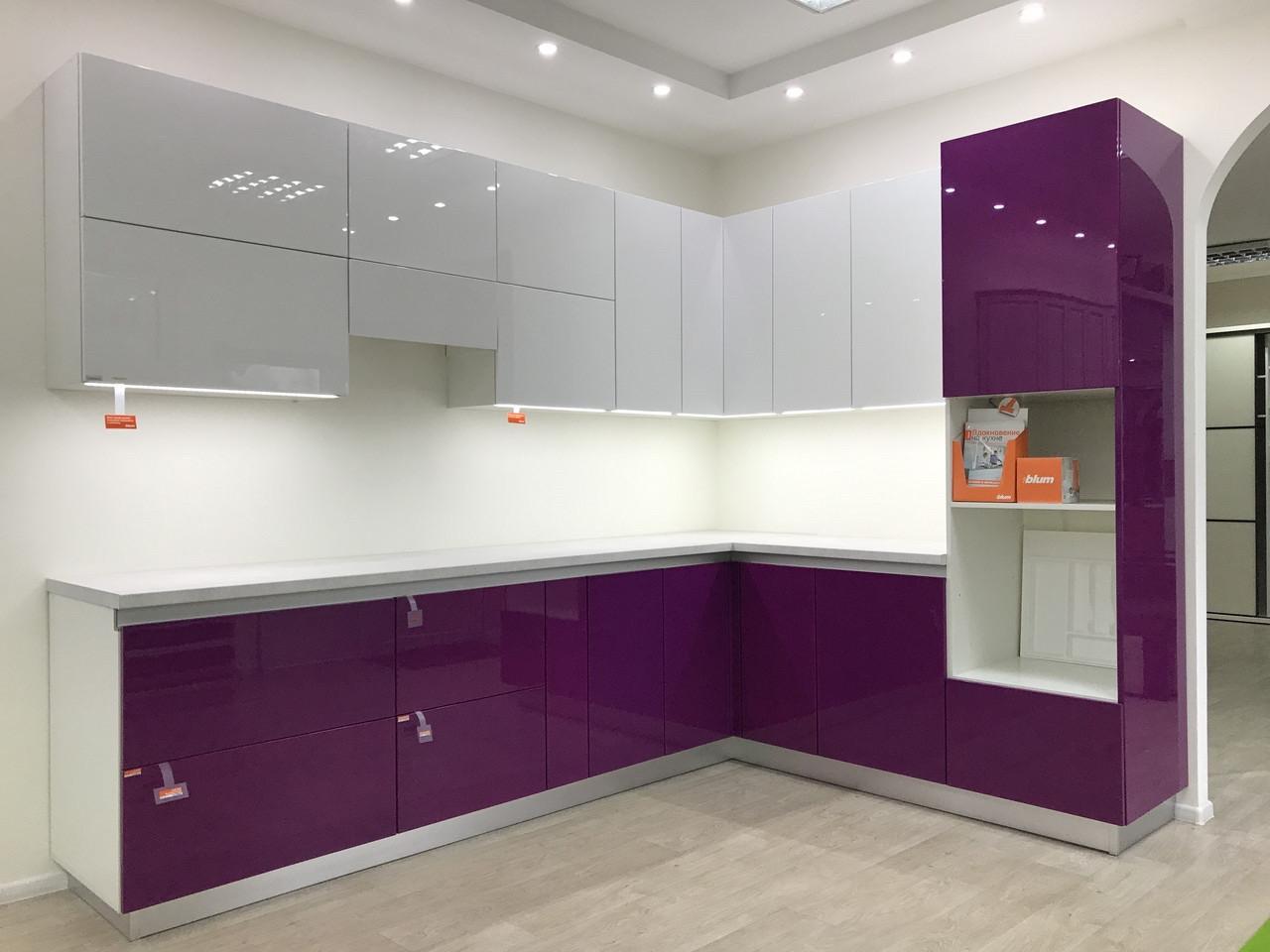 Кухня на заказ с фиолетовыми фасадами BLUM-333
