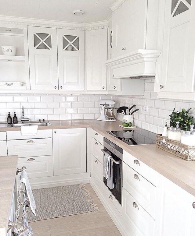 Кухня на заказ белая матовая фасады с фрезеровкой в скандинавском стиле