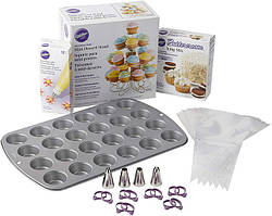 Wilton Великий набір Все для миникапкейков Bake Decorate and Display Mini Cupcake Making Set