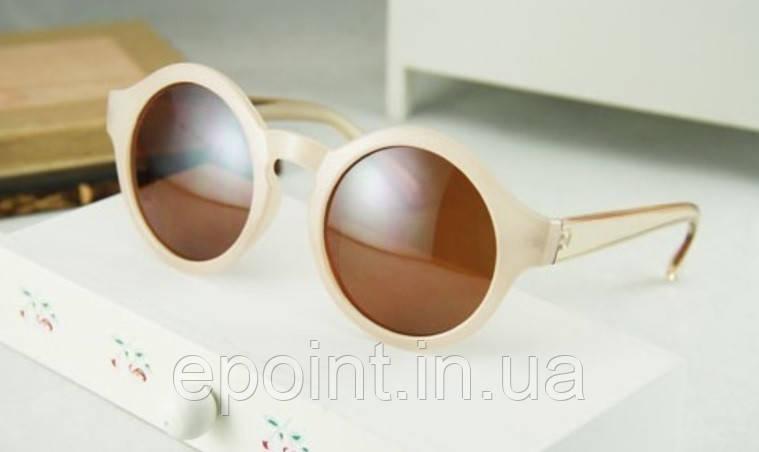 c37e28220626 Солнцезащитные круглые очки, оправа однородной фактуры, душки из  прозрачного пластика светло-бежевого цвета
