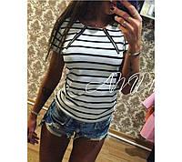 Женская футболка белого цвета в полоску со змейками
