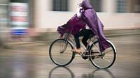 Как безопасно и комфортно ездить на велосипеде в дождь.