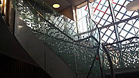 Гнутые стеклянные перила из ламинированного стекла