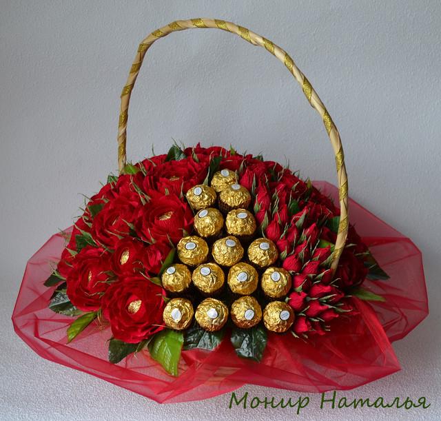 Букеты из конфет в корзине