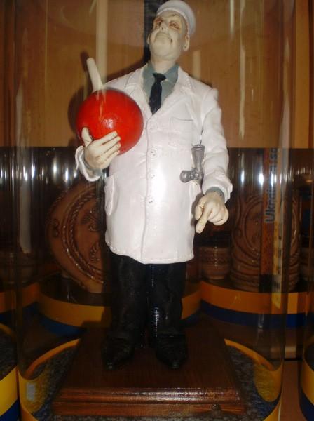 """Керамічна статуетка ручної роботи """"Лікар з клізмою"""""""