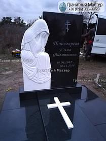 Памятник из гранита и мрамора женщине со скульптурой Плакальщицы. Киев, с. Щасливое 3