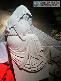 Памятник из гранита и мрамора женщине со скульптурой Плакальщицы. Киев, с. Щасливое 5