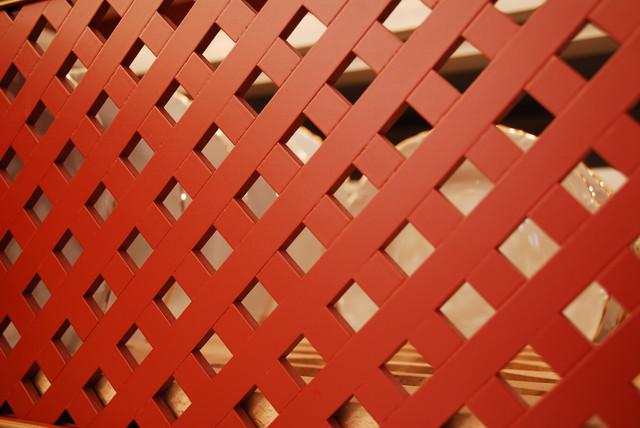 Декоративная решетка классической кухни красного цвета
