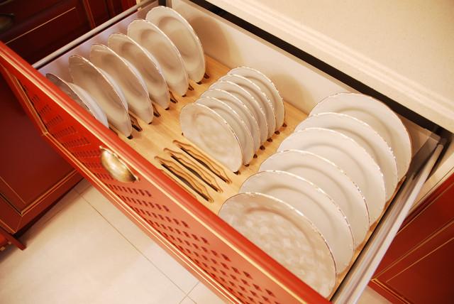 Деревянная сушка для тарелок в классической кухне