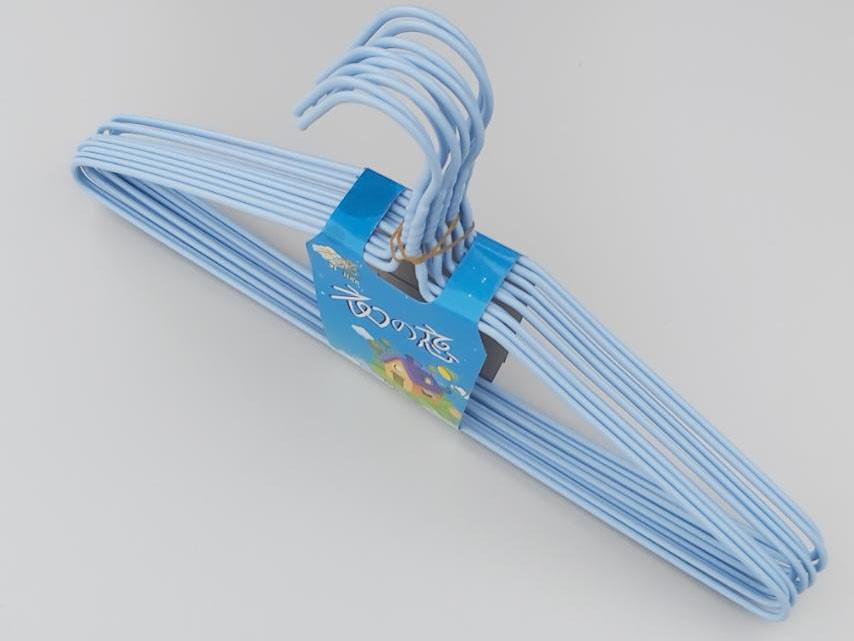 Плечики  металлический в полиэтиленовом покрытии нежно-голубого цвета, длина 39,5 см, в упаковке 10 штук