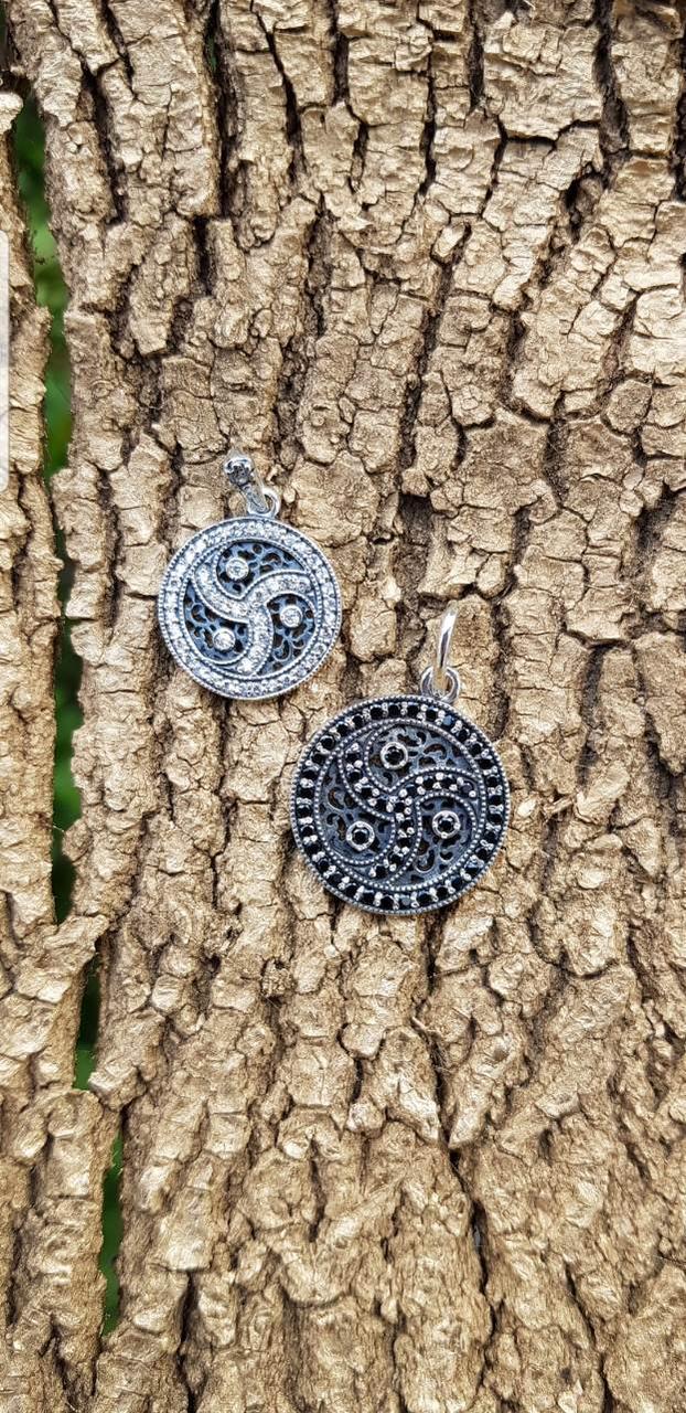 Кулон-триксель с черными камнями 2,4 см диаметр, серебро ручная работа.