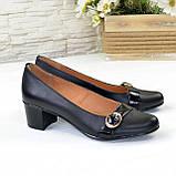 Женские кожаные туфли на невысоком каблуке декорированы брошкой., фото 2