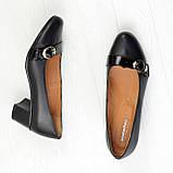 Женские кожаные туфли на невысоком каблуке декорированы брошкой., фото 3