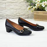 Женские кожаные туфли на невысоком каблуке декорированы брошкой., фото 5