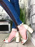 Кожаные босоножки на каблуке молочный беж + золотая змея, фото 1