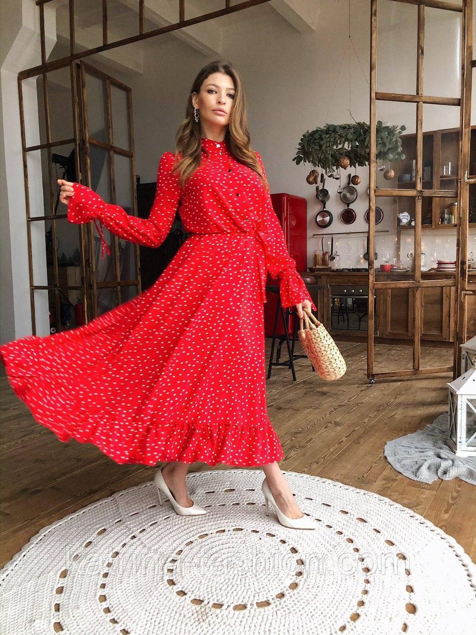 Жіночу червону сукню-міді в горошок з рюшами
