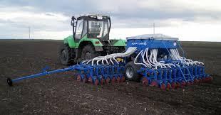 Зерновая сеялка в работе