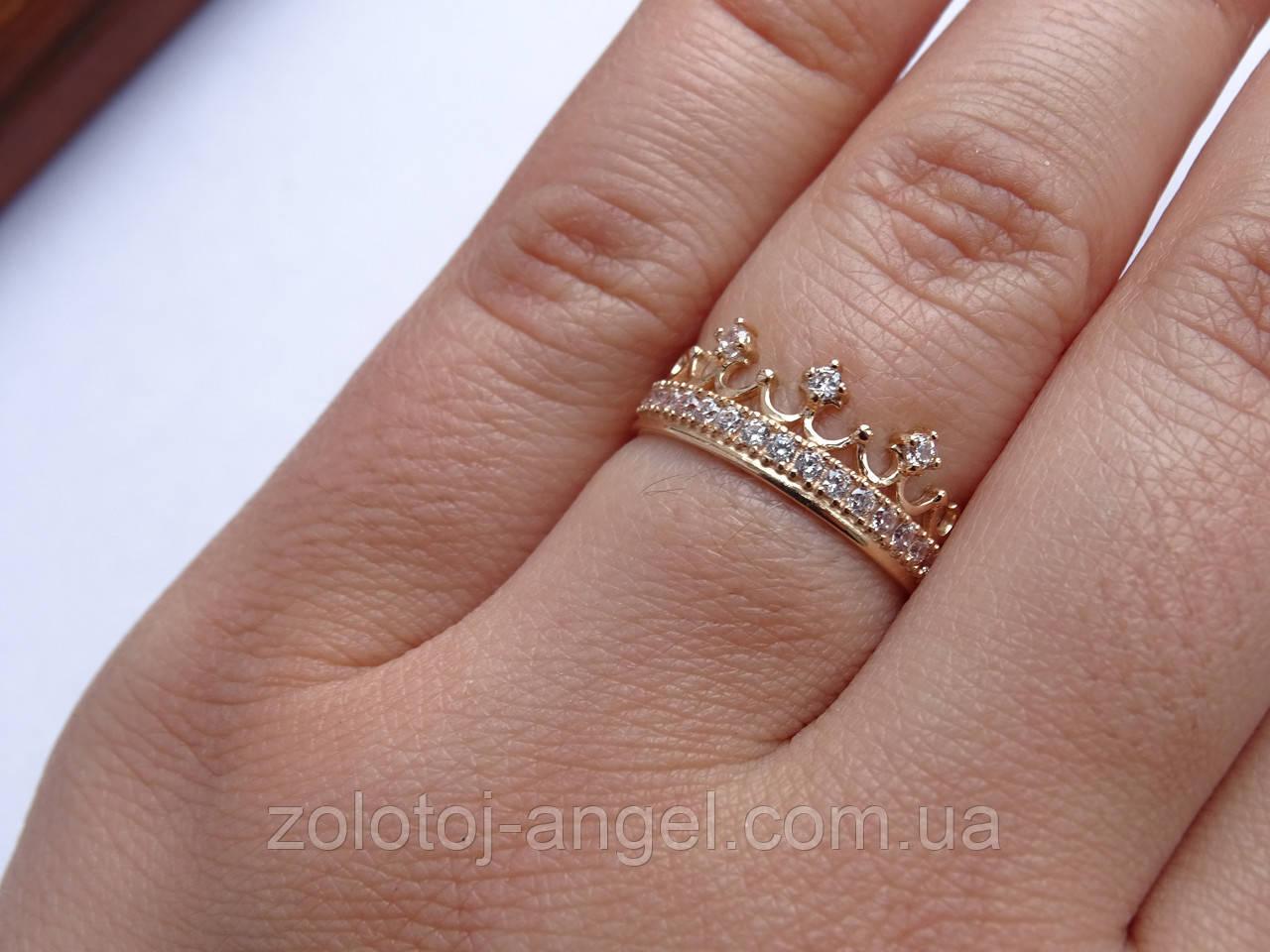 Золотое кольцо в виде короны с белыми камнями