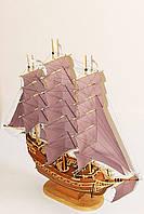 Корабль с темно-каштановыми парусами