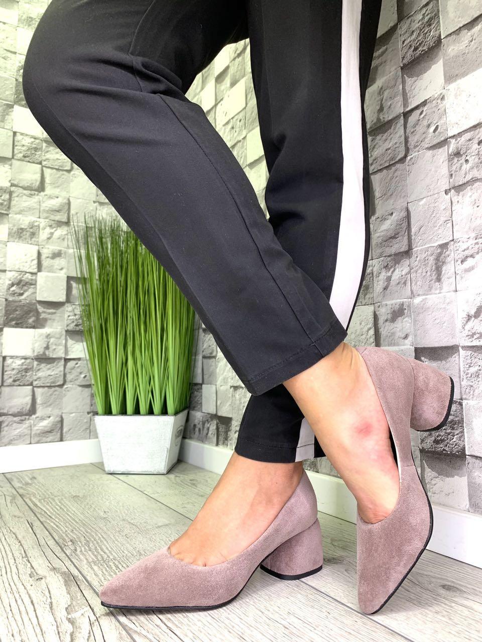 Женские туфли-лодочки из натуральной замши на каблуке беж