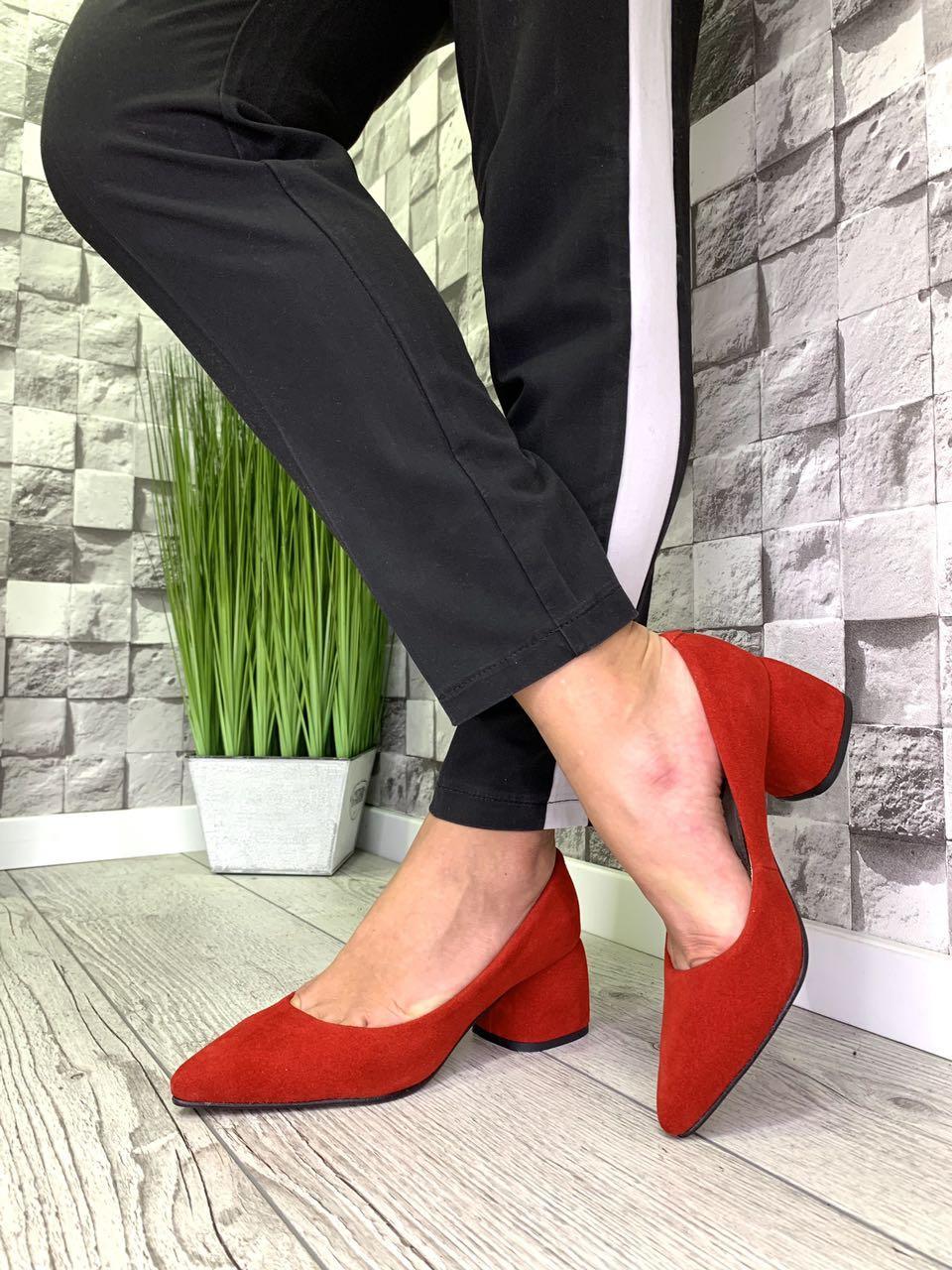 Женские туфли-лодочки из натуральной замши на каблуке красные