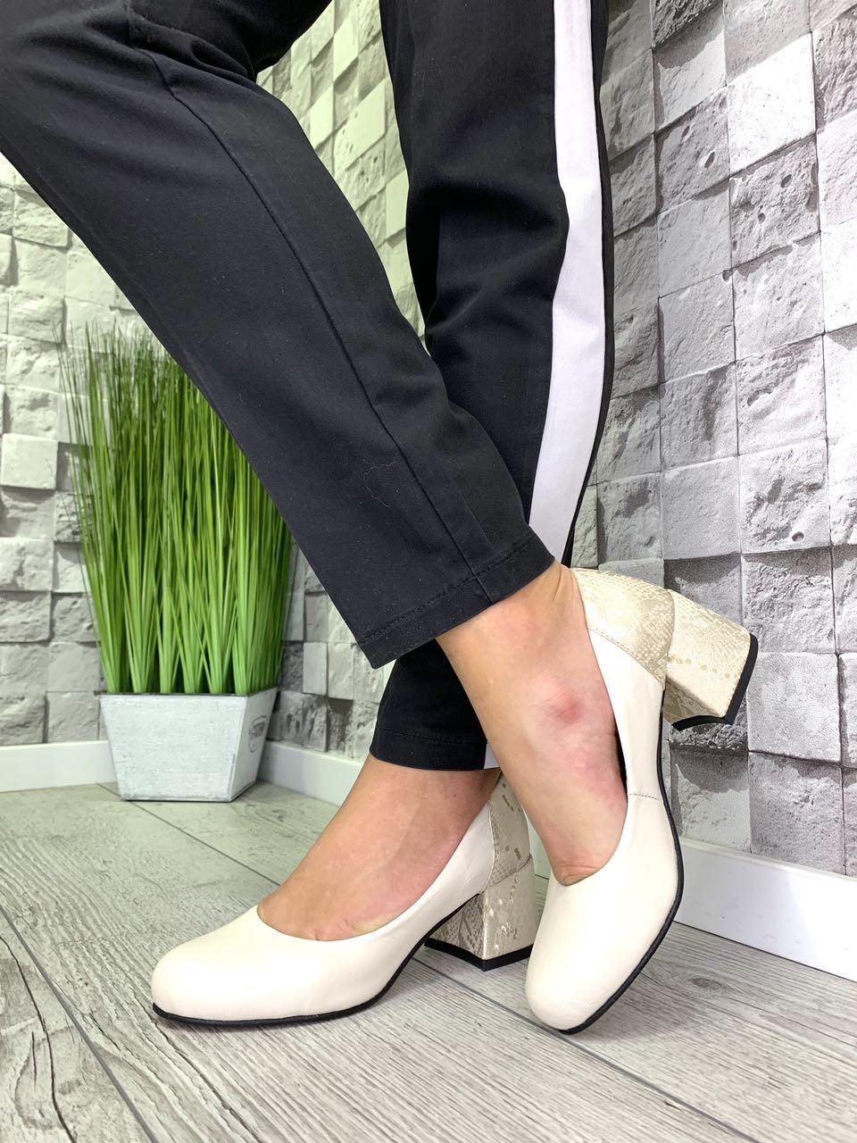 Женские закрытые туфли из натуральной кожи на каблуке беж /беж змея