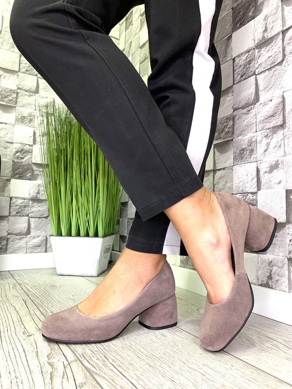 Женские закрытые туфли из натуральной замши на каблуке капучино