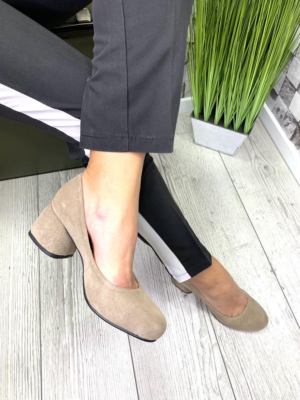 Женские закрытые туфли из натуральной замши на каблуке беж