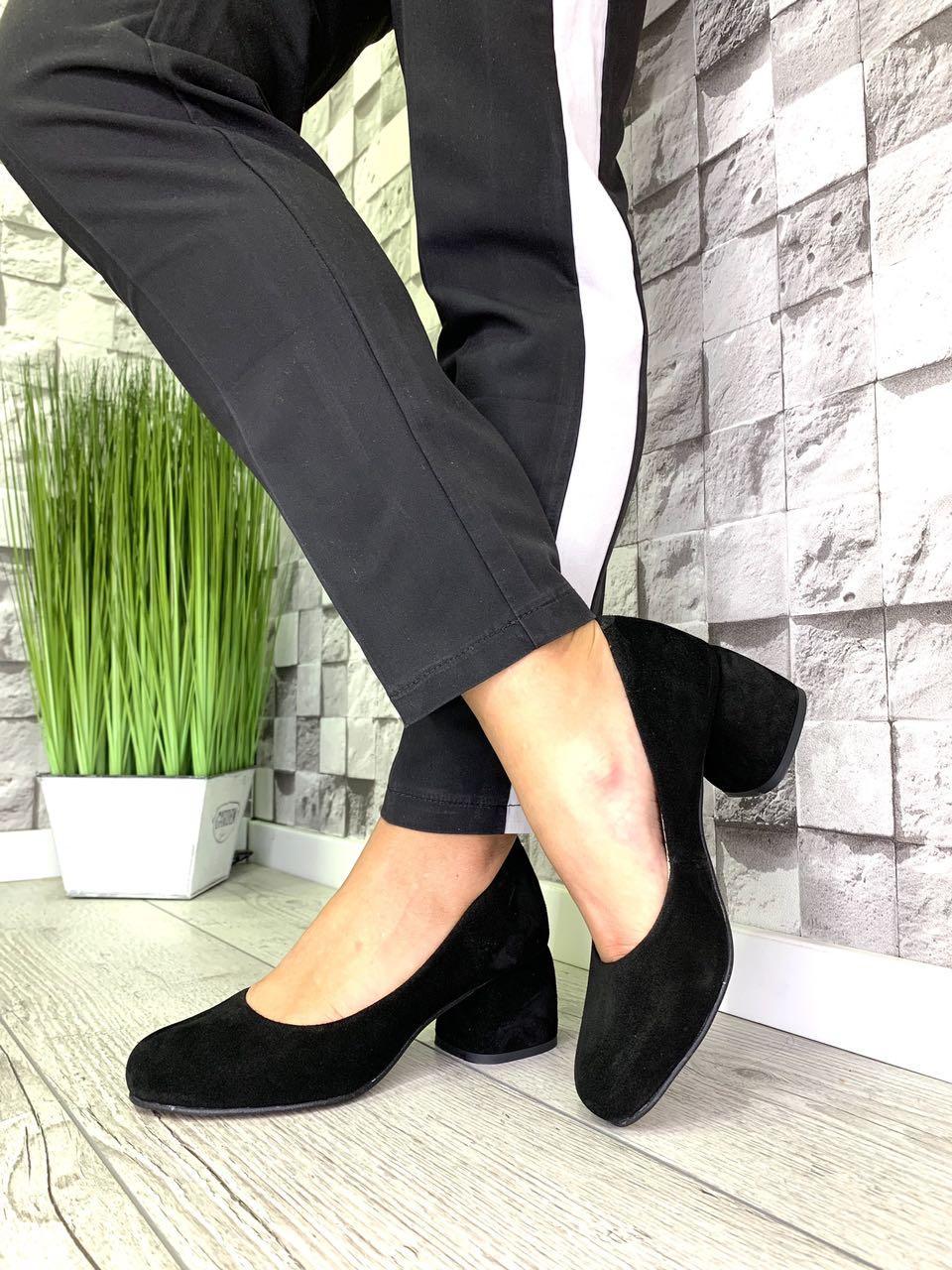 Женские закрытые туфли из натуральной замши на каблуке черные