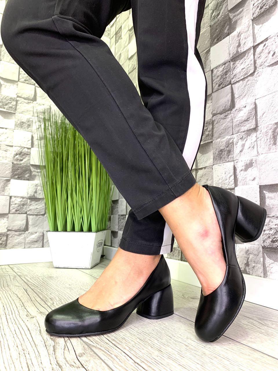 Женские закрытые туфли из натуральной кожи на каблуке черные