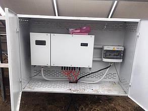 Сетевой инвертор и шкаф защиты навешены в антивандальном боксе.