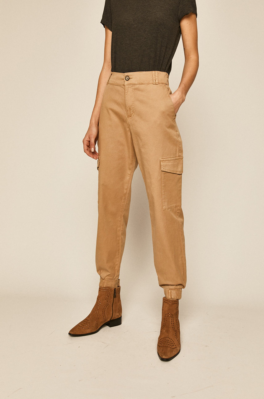 Бежевые брюки женские с карманами карго