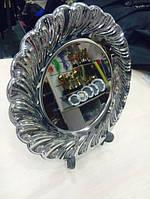 Металлическая тарелка серебряного цвета, диаметром в 24 см