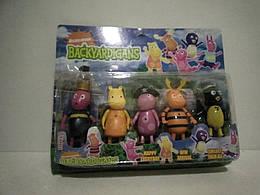 Набір дитячих іграшкових фігурок.