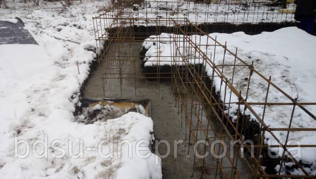 Фундамент в снегу