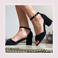 Женские босоножки на среднем устойчивом каблуке стразы спереди, черная замша