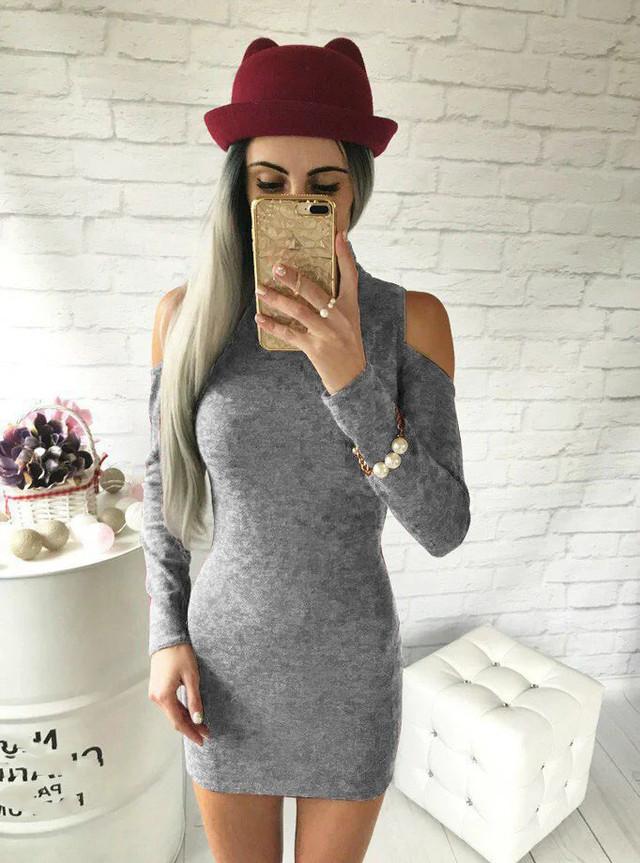 Платье ангоровое с вырезами на плечах