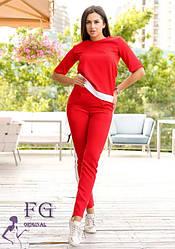 Красный женский легкий брючный костюм-двойка с футболкой и белыми лампасами
