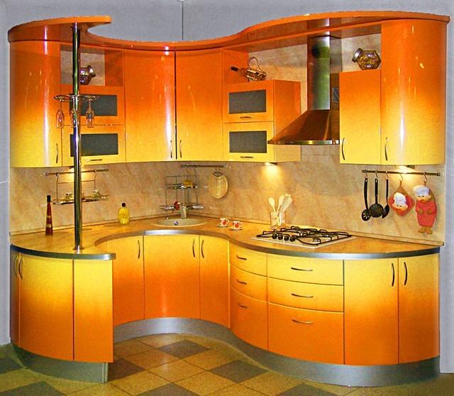 Кухня с гнутыми крашенными фасадами