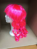 Парик карнавальный с челкой длинные локоны розовый  55см, фото 4
