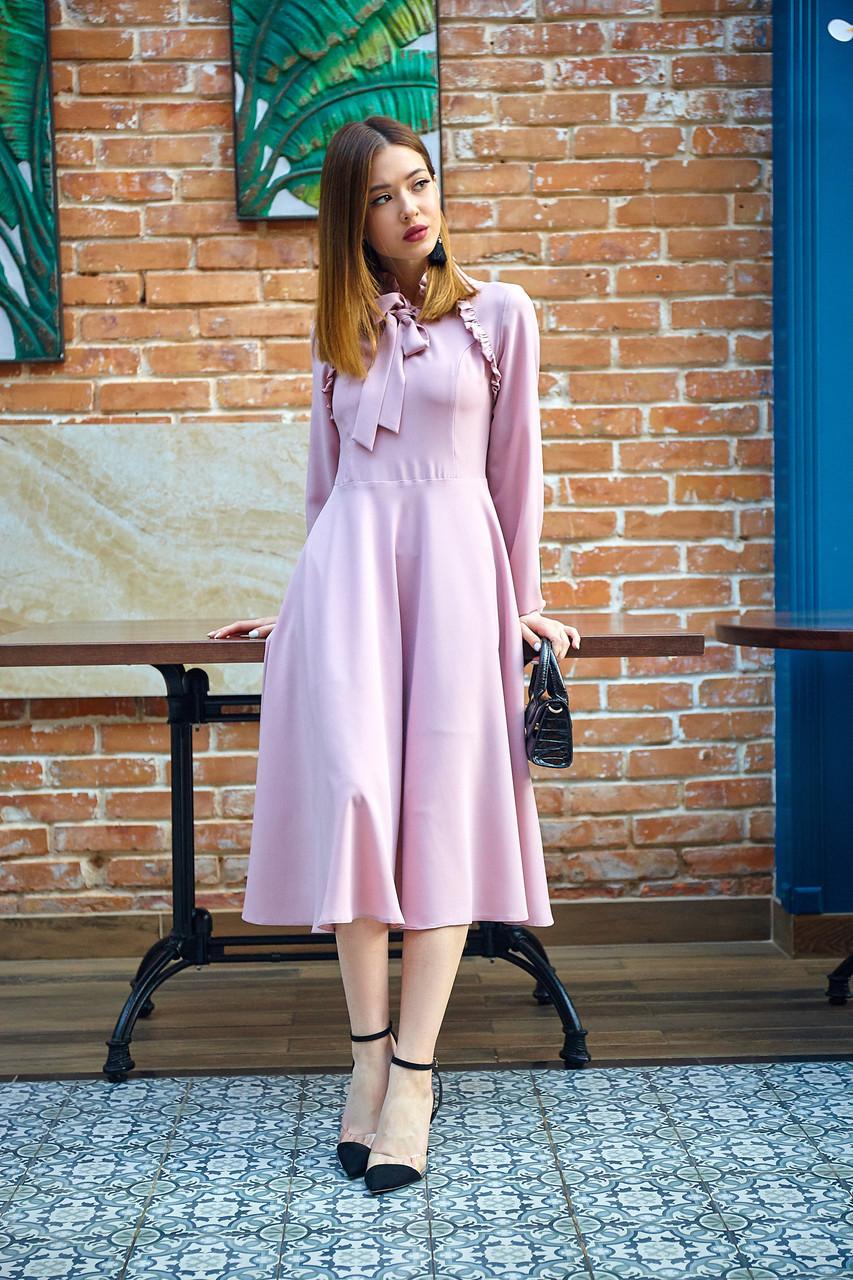 Стильное платье длиною миди пудровое