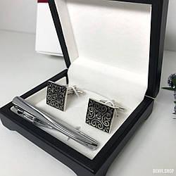 """Чоловічий набір запонки та затискачі для краватки """"Вінтаж"""" Premium, сріблястий в коробочці з білим оксамитом."""